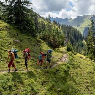 Wanderer*innen unterwegs. Foto: JDAV / Silvan Metz