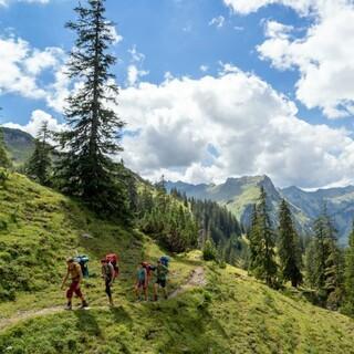 Jugendliche unterwegs in den Bergen, Foto: JDAV/Silvan Metz
