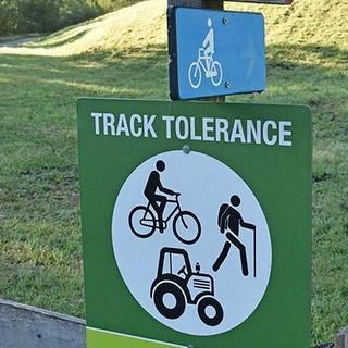 """So geht Respekt: """"Track Tolerance"""" am Dorfrand von Sexten. Foto: Thorsten Brönner"""