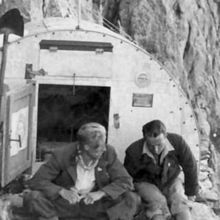 Adolf Göttner vor dem Eccles-Biwak im Mont Blanc Gebiet, 1930er Jahre. Archiv des DAV, München