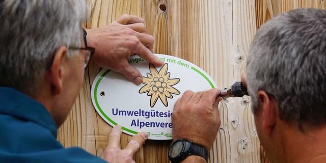 Mit Stolz angebracht: das neue Siegel für ausgezeichneten Umweltschutz, Foto: Christian Lenz