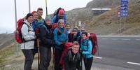 Schülergruppe an der Grenze zu Italien auf dem Timmelsjoch