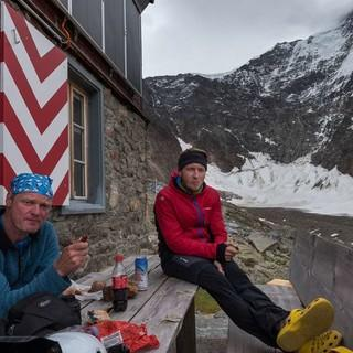 Nach fünf bis sechs Stunden Aufstieg ist die Rast an der Rottalhütte verdient; hinten Gletscherhorn und Ebnefluh. Foto: Ralf Gantzhorn