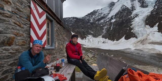 Nach fünf bis sechs Stunden Aufstieg ist die Rast an der Rottalhütte verdient&#x3B; hinten Gletscherhorn und Ebnefluh. Foto: Ralf Gantzhorn