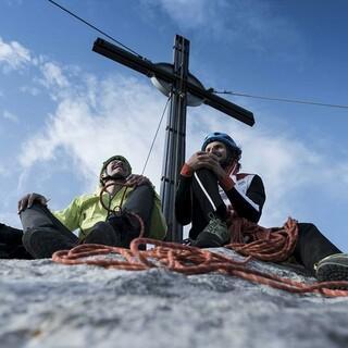 Bergführer Gebi Bendler und Fotograf Marcus Mitterer auf dem Gipfel der Ellmauer Halt. Foto: ServusTV/Timeline Production