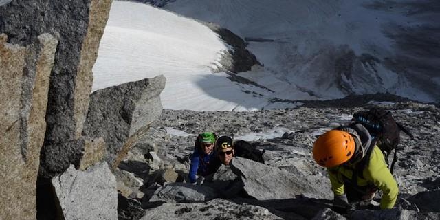 Hochgall-Nordwestgrat - Schwindelfreiheit: Der Tiefblick vom Hochgall-Nordwestgrat über die Nordwand ist eine gute Probe für alpine Stabilität.