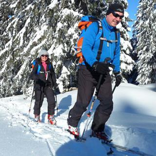 Skitourengeher unterwegs an einem sonnigen Wintertag © Thomas Bucher