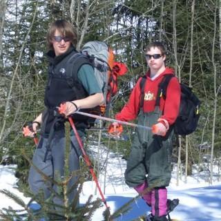 Im Tandem unterwegs durch den winterlichen Wald. Foto: Archiv Jubi