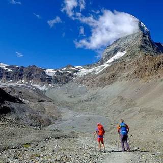 Die Landschaftsveränderung durch die Klimaerwärmung erlebt man auf dem Glaciertrail auf der Etappe vom Schwarzsee zur Gandegghütte: Die Gletscher haben sich in wenigen Jahren weit zurückgezogen. Foto: Iris Kürschner/powerpress