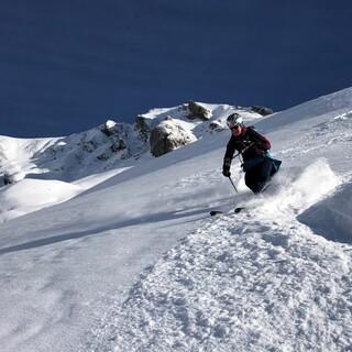 So ist's recht! Staubende Abfahrt von der Guflespitze ins Tal von Kaisers. Foto: Luis Stitzinger, Alix von Melle