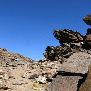 Steinreich: Aufstieg zum Collado del Cierva beim Mulhacen. Foto: Josef Schlegel