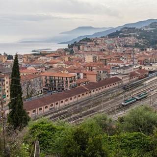Direkt am Meer, oberhalb von Ventimiglia, geht's los ins große Abenteuer. Foto: Ingo Röger
