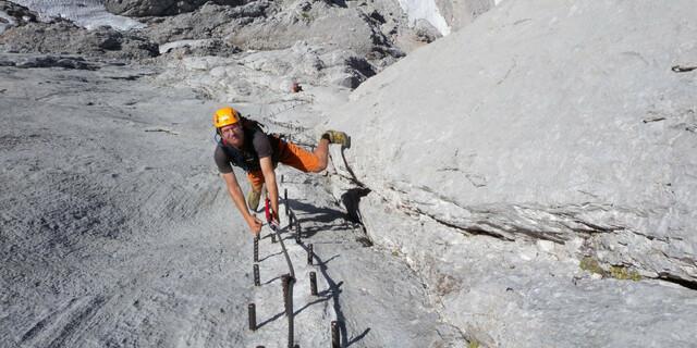 """Der """"Johann"""" am Dachstein setzte neue Qualitätsmaßstäbe; unter anderem wegen der Eisenstifte, die eine Art echtes Klettern erlauben, statt plumpen Rampfens am Drahtseil. Foto: Andreas Jentzsch"""