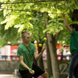 Slackline und jonglieren - Respekt