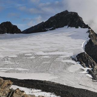 Aufstieg zum Hinteren Seelenkogel - Wanderer über dem Nebelmeer. Aufstieg zum Hinteren Seelenkogel von der Zwickauer Hütte.