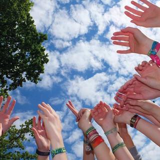 Zum Himmel gestreckte Hände, Foto: Torsten Flader