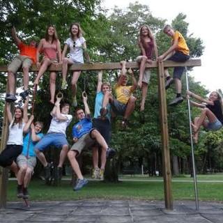 Klettercamp Gruppe in ungewönlichem Terrain, auf dem Spielplatz. Foto: Lena Behrendes