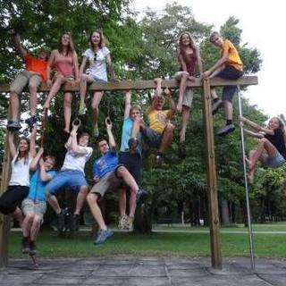 Jugendliche turnen an Spielplatzgerät. Foto: Lena Behrendes