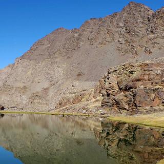 Spieglein unter der Wand: Die Laguna Mosca ist ein romantischer Platz hoch im Gebirge. Foto: Josef Schlegel