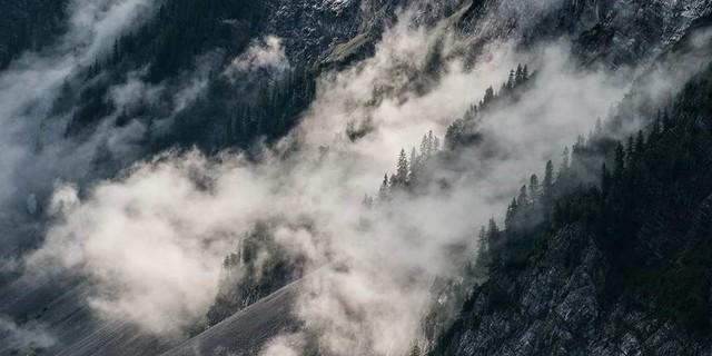 Wenn die Nebel über Schuttfelder streichen, weiß man, dass man im Karwendel ist. Foto: Heinz Zak