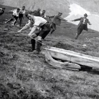 Arbeiter ziehen beim Bau der Falkenhütte Holzbalken zum Bauplatz, 1922. Archiv des DAV, München