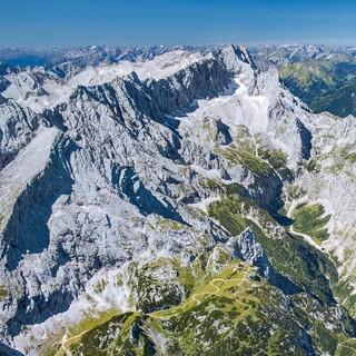 Blick von Osten übers Zugspitzmassiv, vorne links die Alpspitze, Foto: Jörg Bodenbender