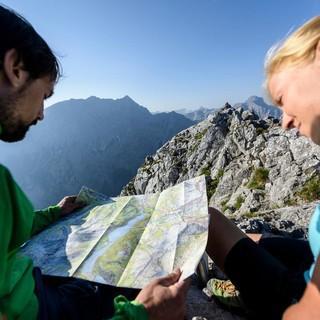 Oben angelangt gibt eine Karte Auskunft zu den umliegenden Gipfeln. Foto: DAV/Wolfgang Ehn