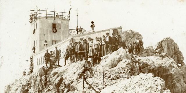 Hoch Hinaus! Einweihung der meteorologischen Station am Münchner Haus auf der Zugspitze, 1900. Archiv des DAV, München