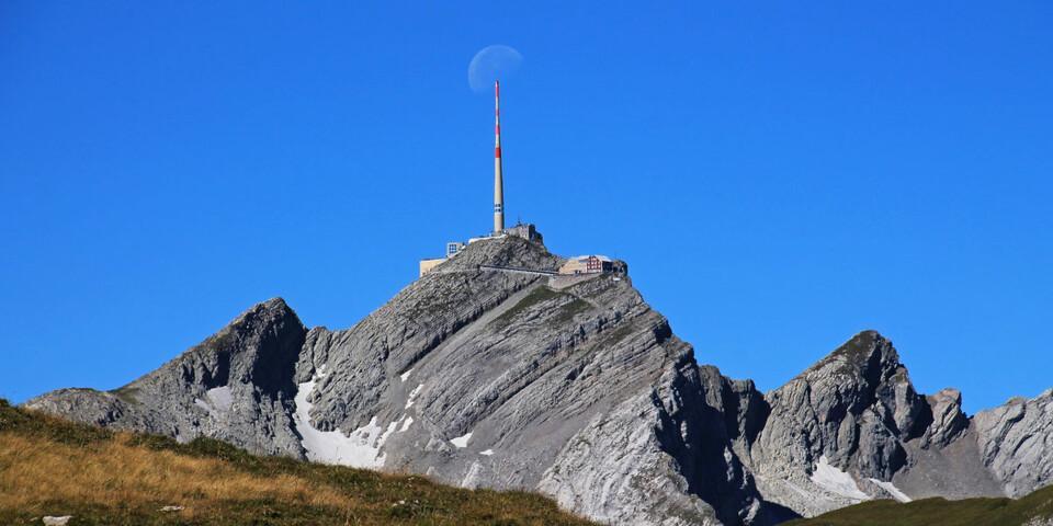 Aufgespießt: Der Mond hat sich beim Untergehen wohl am Sendemasten auf dem Säntisgipfel verfangen! Foto: Silvia Schmid
