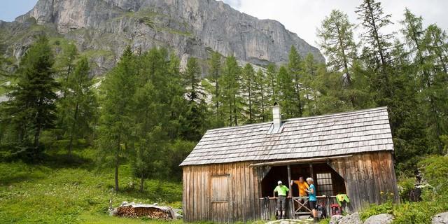 Totes Gebirge: Ein schlichter Unterstand bietet Schutz bei unsicherem Wetter. Foto: Iris Kürschner