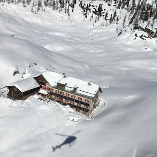 So sieht es am Kärlinger Haus Ende Mai aus. Foto: Beppo Maltan, DAV Berchtesgaden