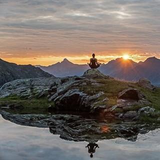 Foto: https://www.lechquellenrunde.com/termin/yoga-retreat-in-der-energiezone-der-lechquellen/
