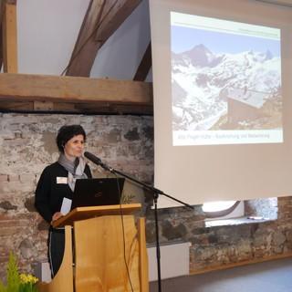 DI Sonja Mitterer beschreibt die Bauforschung der Alten Prager Hütte, Foto: Archiv DAV