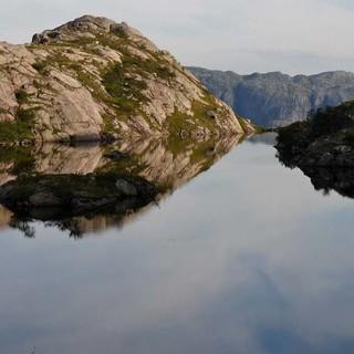 Ein Privatsee zum Zeltplatz. Was will man mehr. Das Allemannsrätt erlaubt das Biwakieren in der Wildnis. Foto: Antes & Antes