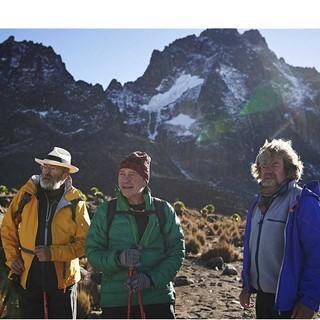 Gert Judmaier und Oswald Oelz kehren gemeinsam mit Reinhold Messner für die Dreharbeiten an den Ort des Geschehens zurück. Foto: Servus TV/Ferrigato
