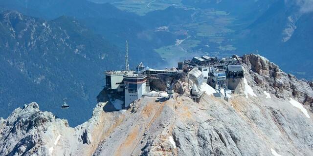 Drei Seilbahnstationen, Alpenvereinshütte, Cafés und Restaurants: Der Zugspitzgipfel ist vollumfänglich erschlossen, Foto: Jörg Bodenbender
