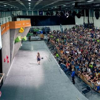 Eine volle Halle wartet auf die Wettkämpferinnen und Wettkämpfer. Foto: DAV/Thomas Schermer