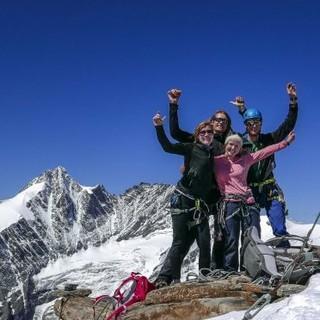Glückliche Hochtourengruppe am Gipfel. Foto: JDAV / Christoph Hummel