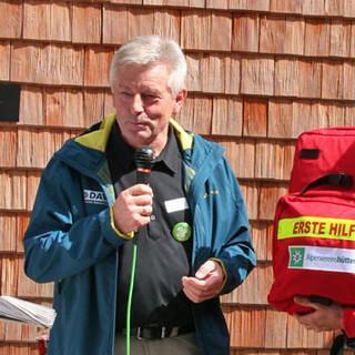 Für alle Fälle gerüstet: Einen Defibrillator hat die Hütte schon, hier überreicht DAV-Präsident Josef Klenner (l.) dem Sektionsvorsitzenden Günther Manstorfer einen großen Erste-Hilfe-Rucksack.