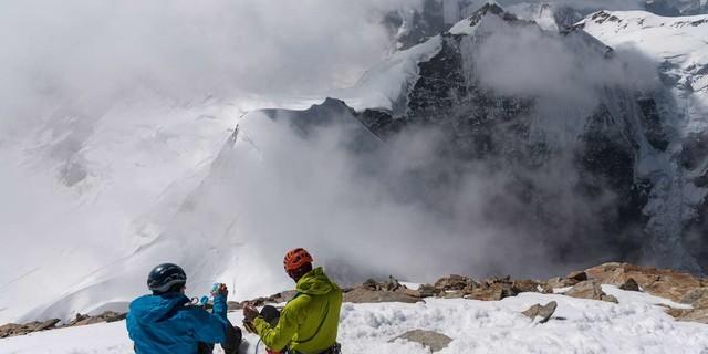 Ganz schön weit oben ist man auf dem Jungfrau-Gipfel. Die Nebel in der Gletscherhorn-Nordwand erinnern daran, dass der Abstieg nochmal Aufmerksamkeit verlangt. Foto: Ralf Gantzhorn