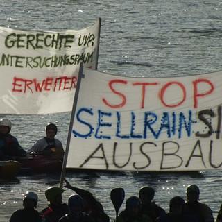 Protest von Wassersportlern gegen die Wasserableitung durch die Wasserkraftnutzung. Dies kommt dem Entzug der Grundlage für den sanften Tourismus gleich. (Foto:www.stubaiwasser.at)