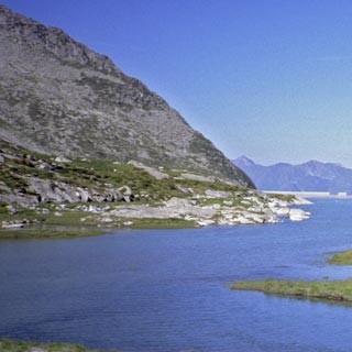 """Stausee - Der nördliche Teil der Adamellogruppe ist wie viele """"Urgesteins""""-Gebirge geprägt von Wasser. Die Stromindustrie beschert den Wanderern viele hübsche Stauseen."""