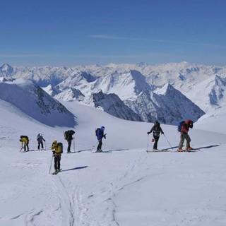 So weit die Gletscher: Blick von der Pigne d'Arolla auf Wallis und Gran Paradiso. Foto: Stefan Herbke