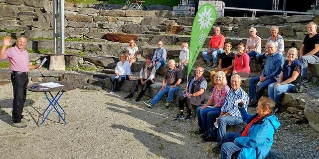 Freiluftbühne statt Gastwirtschaft: Gute Stimmung gab es auf der Mitgliederversammlung des DAV Wasserburg am Inn im Juli 2021. Foto: Winfried Weithofer
