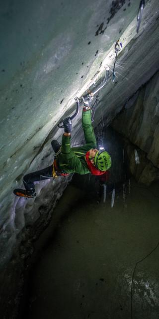 Aufgrund der schlechten Witterung ging es zum Eisklettern in eine Eishöhle im Karst der Araviskette, Foto: DAV/Silvan Metz