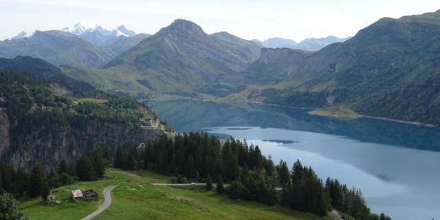 Tag 4: In der Querung vom Col du Pré zum Gebirgskessel am Col du Coin passiert man den Stausee Lac de Roselend.