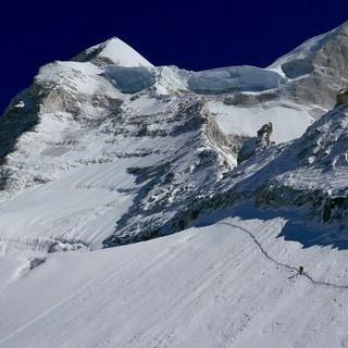 Zustieg zum Westgrat. Im oberen Teil sind die steile Eisstufe und die Gipfelflanke (links oben) gut zu sehen. Foto: Michi Wärthl