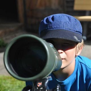 Der Blick durchs Fernrohr im Jugendkurs Bergabenteuer, Foto: JDAV/Lena Behrendes