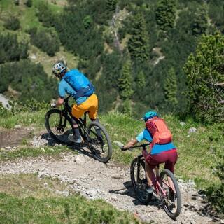 Mit der richtigen Technik können auch mit dem Mountainbike schmale Wege befahren werden. Foto: DAV/Chris Pfanzelt