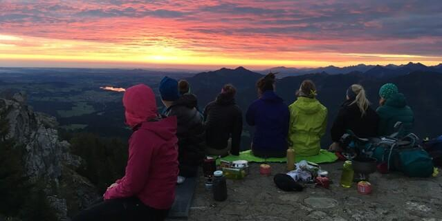 Gruppe genießt den Sonnenuntergang in den Bergen, Foto: JDAV/Kathrin Weber